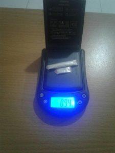 Narkoba seberat 0.94 gram ditemukan di kamar pelaku. (foto: ist)