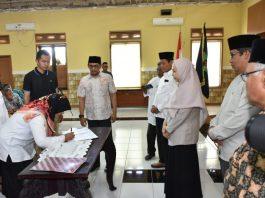 Wakil Gubernur NTB, Dr. Hj. Sitti Rohmi Djalillah menyaksikan Salah seorang Pendamping Desa di Lombok Utara melakukan penandatanganan kontrak kerja (istimewa)