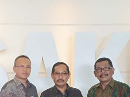 Asisten I Bidang Aparatur Pemerintahan Pemkab Lobar H. Ilham didampindidampingi Kepala Bappeda Lombok Barat H. Baehaqi usai menerima penghargaan SAKIP dari KemenPAR RB